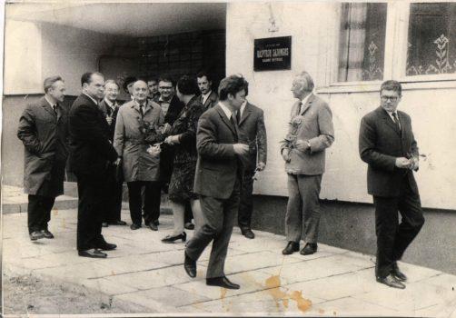 LRS Kauno skyriaus įkurtuvės Maironio gatvėje 1971 m. birželio 14 d. Iš kairės: J. Jaruševičius, A. Umbrasas, A. Liepsnonis, V. Drazdauskas, R. Samulevičius, A. Baltakis, J. Narkevičiūtė, V. Martinkus, A. Drilinga, J. Grušas, Alf. Bieliauskas. Petro Palilionio nuotrauka