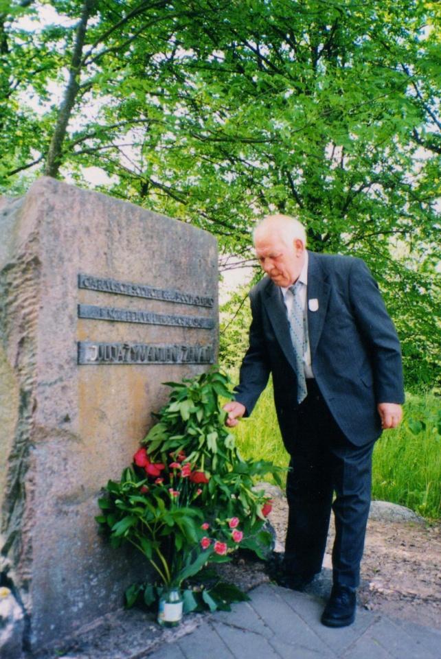 Leonas Zaleckis prie Žemaitės paminklinio akmens