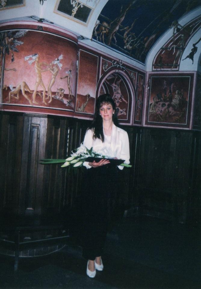 Lina Navickaitė su ką tik įteiktu diplomu VU rūmuose