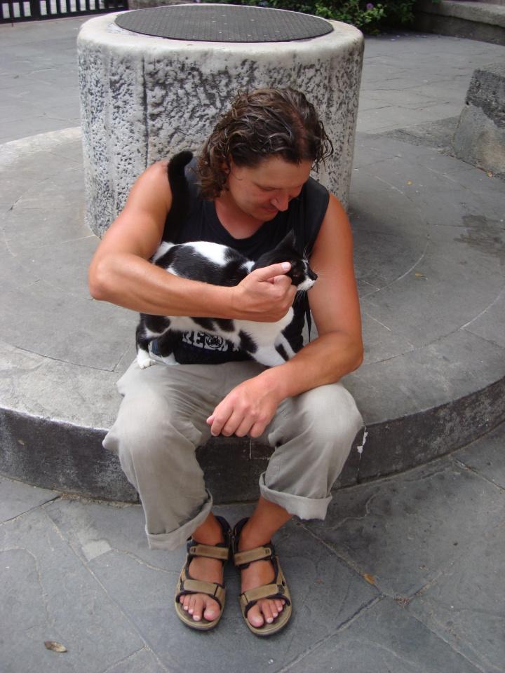 Tomas Šinkariukas su kolega katinu Rodo saloje