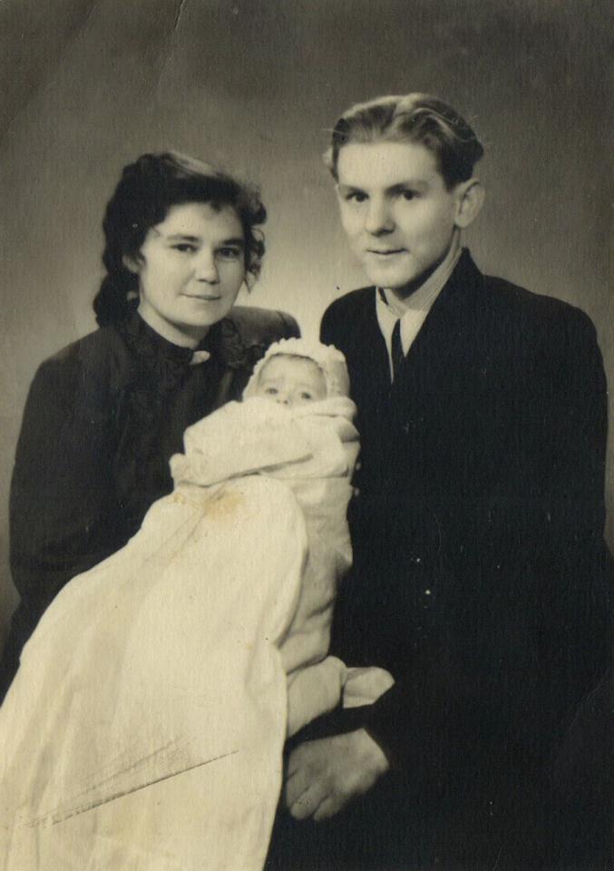 Būsimasis rašytojas Edmundas Janušaitis su krikšto tėvais