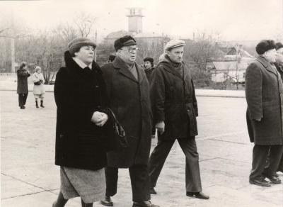 Poetas E. Matuzevičius su žmona ir satyrikas A. Dabulskis