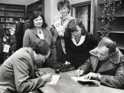 """R. Klusas ir A. Dabulskis dalija autografus knygyne """"Pažanga"""""""
