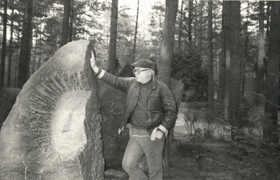 Petras Palilionis prie antkapinio paminklo Juozui Grušui