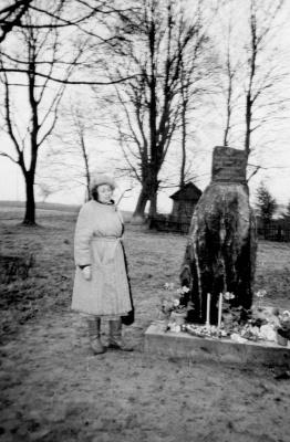 A. M. Grušaitė-Tamošiūnienė prie J. Grušo paminklinio akmens