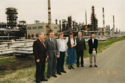 Kauno rašytojai prie Mažeikių naftos gamyklos, 1997 m.