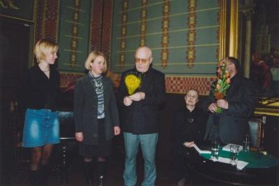 Nijolė Raižytė sveikinama įstojusi į Lietuvos rašytojų sąjungą